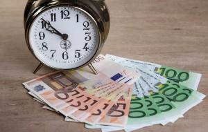 Uhr mit vielen Euroscheinen
