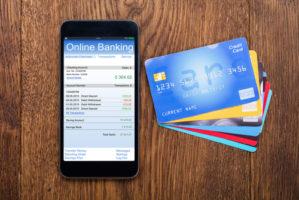Smartphone mit online Banking und viele Kreditkarten