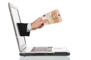 Consorsbank Tagesgeld Geschäftshand,mit 50 Euroscheinen, die aus den Laptop herauskommt
