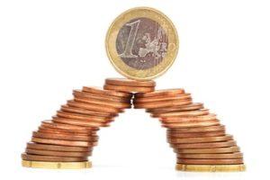 Festgeldkonto Prolongation 1 Euro Münzen als Brücke dargestellt