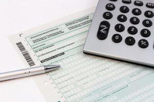 Abgeltungssteuer - Einkommenssteuererklärung mit Kugelschreiber und Taschenrechner