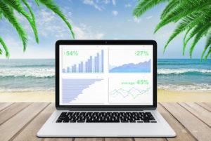 Tools Plus 500 Diagramm auf Laptop-Bildschirm, auf Holzbank am Strand