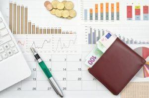 Verfügbarkeit Tagesgeld, Geldbörse mit Euroscheinen, Kalender, Stift und Euromünzen Geld und Diagramme für Finanzkonzep