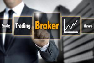 Broker Geschäftsmann Touchscreen Tafel mit Aufschrift Broker Trading Banking